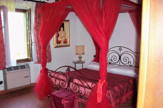 Borgo il Palazzo: Romantic bedroom with canopy bed!