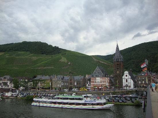 Bernkastel-Kues, Niemcy: Berkastel-Kues seen from the river bridge, 25 July 2010