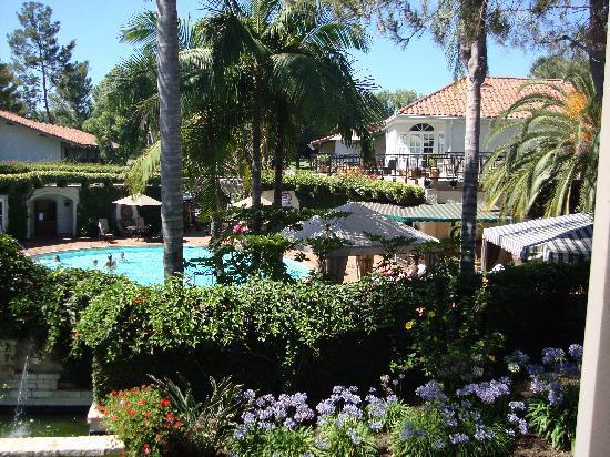 Westlake Village Inn: Pool area