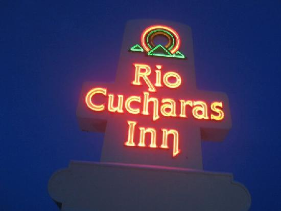 Rio Cucharas Inn: Sign at side of Highway