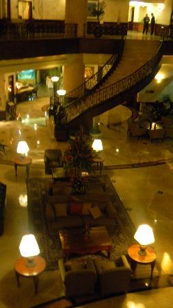 Grand Tikal Futura Hotel: Hotel lobby at night