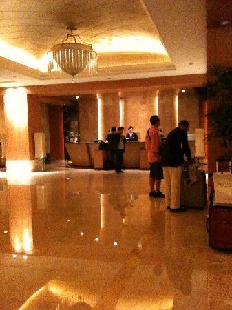 Lotte Hotel Seoul: ホテルカウンターの雰囲気