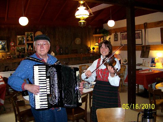 Thunder Valley Inn : Lars and Kari entertain us!