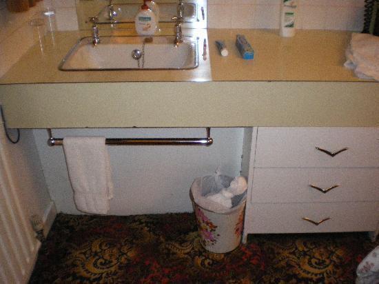 Lancaster: Sink in bedroom