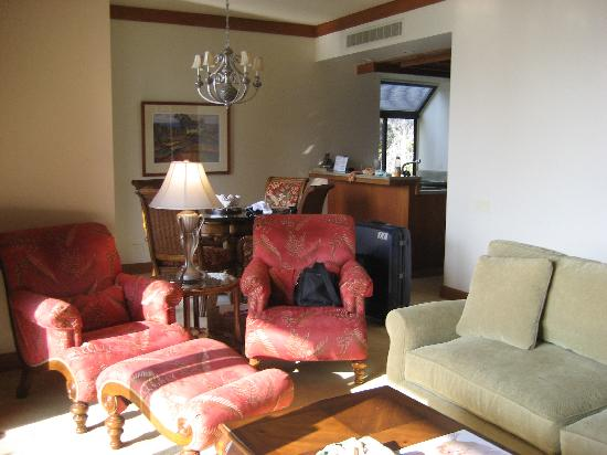 Mauna Lani Terrace Condominiums : リビング、ダイニング、奥にキッチン