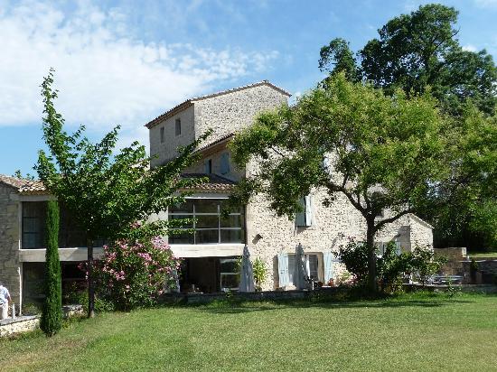 Valaurie, ฝรั่งเศส: Vista dell'hotel dal giardino
