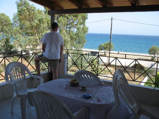 Gi Theon : Balkon mit Meeresblick