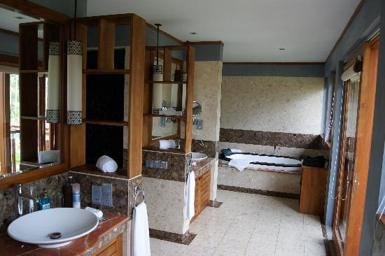 Serene Pavilions: Bathroom