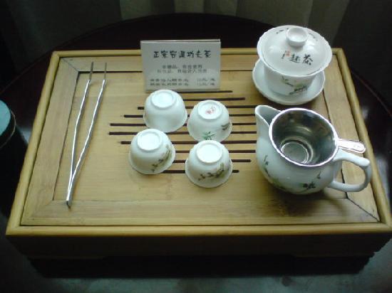 Vienna Hotel Huizhou Maidi: 中国らしくこんなセットが置いてあります。茶葉は有料