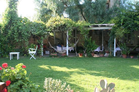 Alacati Tas Otel : cottage in the garden
