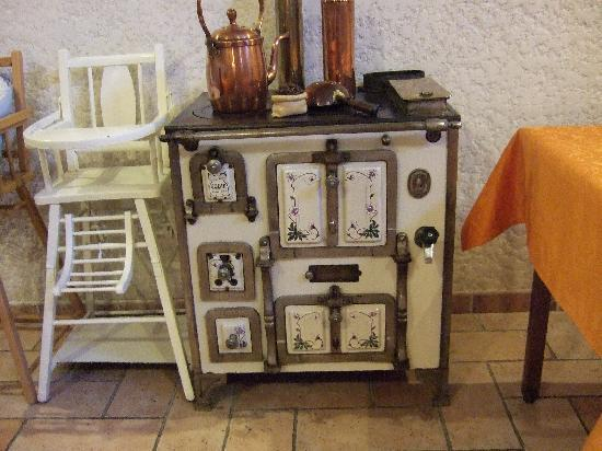 Logis Auberge des Moissons: The dining room is filled with interesting old relics from the past