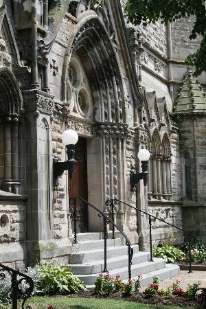 The Parador Inn of Pittsburgh: Restored Calvary Church is just around the corner