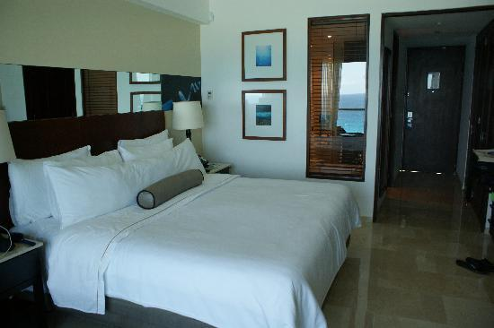 Cuarto con cama king fotograf a de live aqua beach resort for Cama king paraiso