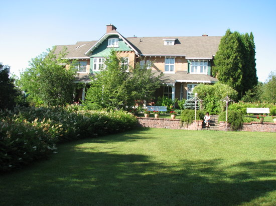 Jonquiere, Kanada: Well kept with beautiful garden.