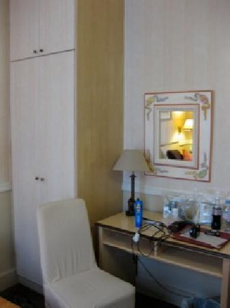 Hotel D'albion: Small room but what is to be expected in Paris