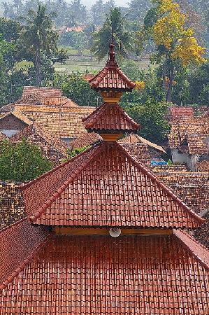 Serang, Indonesia: 変わった屋根のモスク。赤い瓦がきれいです。
