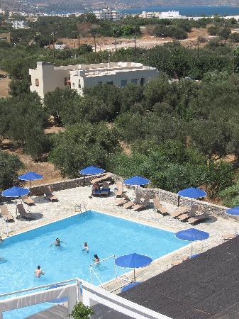 Elounda Breeze Resort : l'une des piscine et au loin la baie de Elounda avec la presqu'ile de Spinalonga