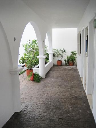 IslaMar Vacation Villas: Arched hallway outside the downstairs villas