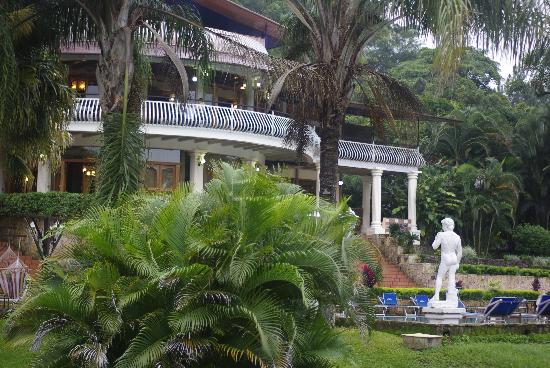 Resort Martino Boutique Hotel & Spa: The Grounds, Statue and Main Building