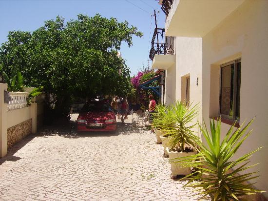 Paraiso Jardim: Driveway to apartments