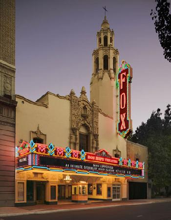 Stockton, Californië: Bob Hope Theatre Front Entrance. Photo by WMB Architects