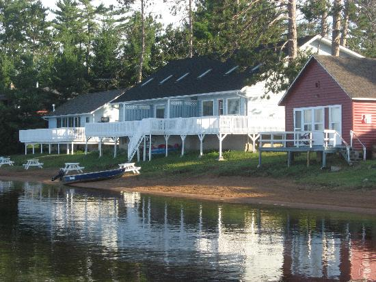 Golden Lake, Kanada: The chalets on the resort.