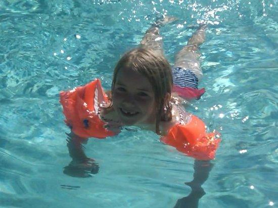 Hotel Novotel Aix en Provence Pont de L'arc Fenouilleres: Fun in the clear pool