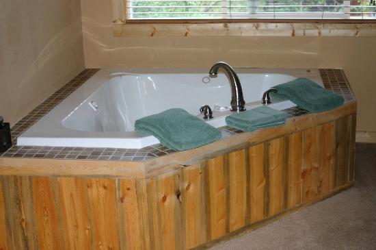 Fall River Cabins: great whirlpool tub