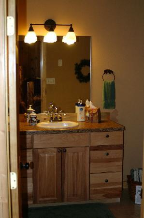 Fall River Cabins: roomy bathroom