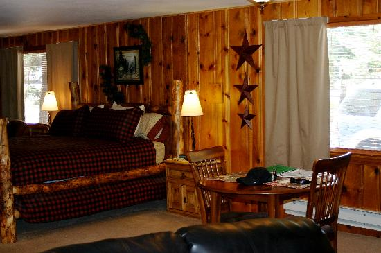 Fall River Cabins: loved the bed!