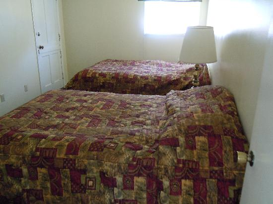 Skylark Shores Resort: Room #2 in Cottage #122