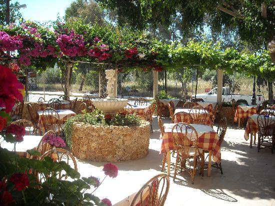 Uncle George Apartments: Dine outside at Uncle George's Taverna