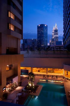 DoubleTree by Hilton Kuala Lumpur: Swimming pool night