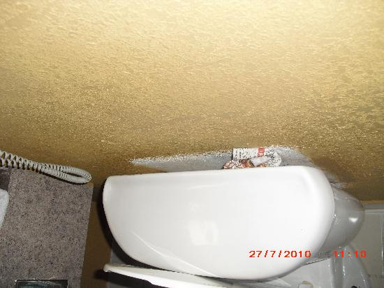 """Country Inn & Suites By Carlson, Hinesville: Toilet """"fix"""""""