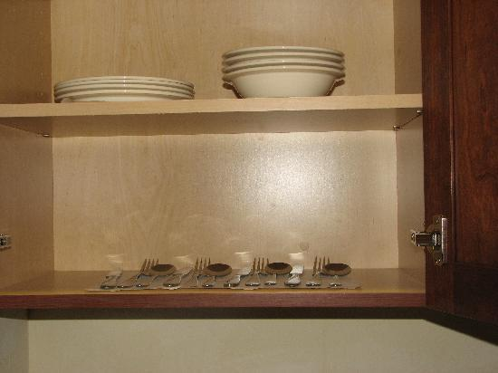 Holiday Inn Express Hotel & Suites Tucson Mall : There were even dishes and utensils in the cupboard!