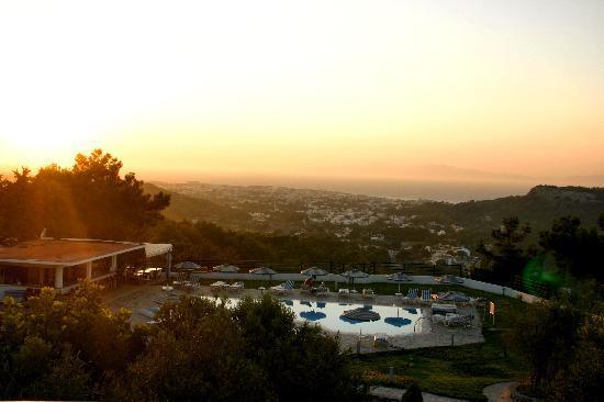 Helena Christina Hotel & Apartments : piscina e ristorante al tramonto
