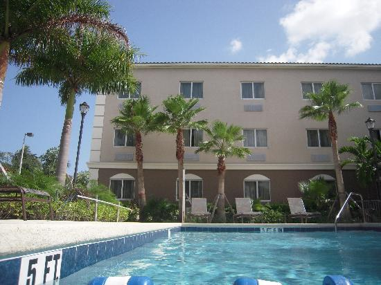 Holiday Inn Express & Suites West Palm Beach Metrocentre: Back of hotel......poolside