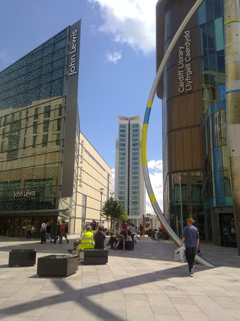 Кардифф, UK: John Lewis, Radisson Blu Hotel & Cardiff Central Library