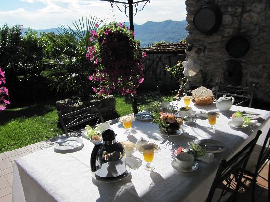 Antico Borgo Sanda: la table du petit déjeuner