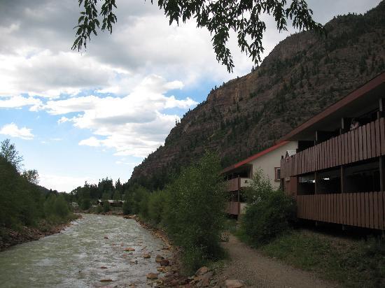 Hot Springs Inn: Uncompahgre Inn at dusk behind the Inn