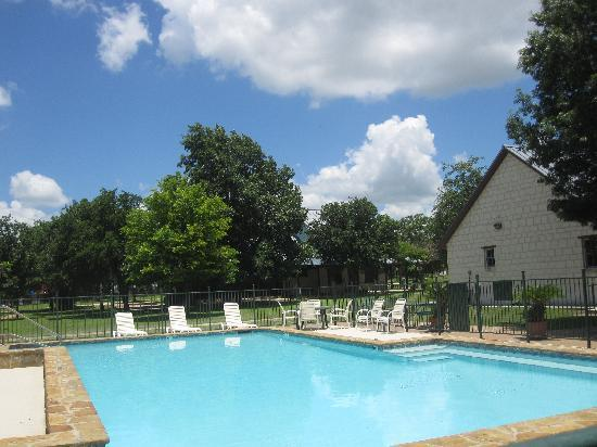 Gruene Cottages: Swimming Pool and Patio Area