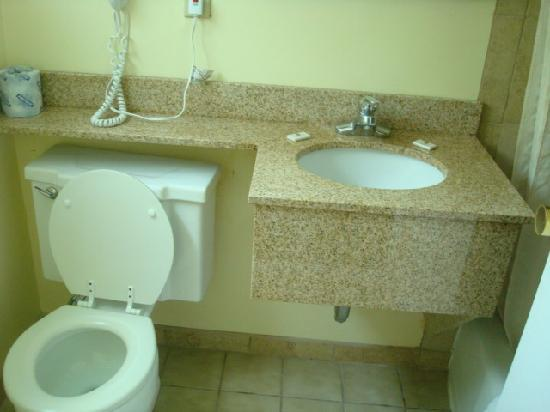 Days Inn West Yarmouth/Hyannis Cape Cod Area: Clean toilets