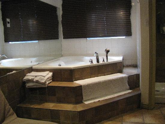 Auberge du Carre St-Louis: bain à remous dans la chambre