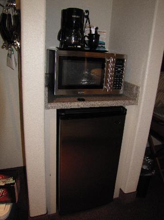 Holiday Inn Selma-Swan Court: Fridge, Microwave