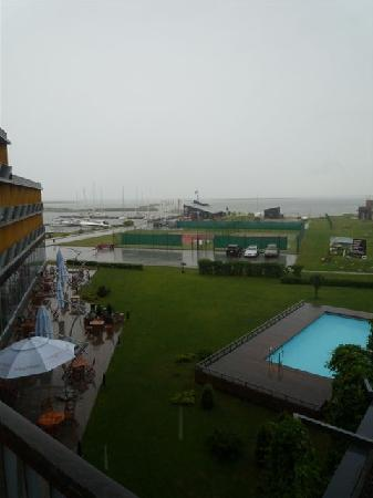 Kuressaare, Estonia: Garden and pool during rainfall
