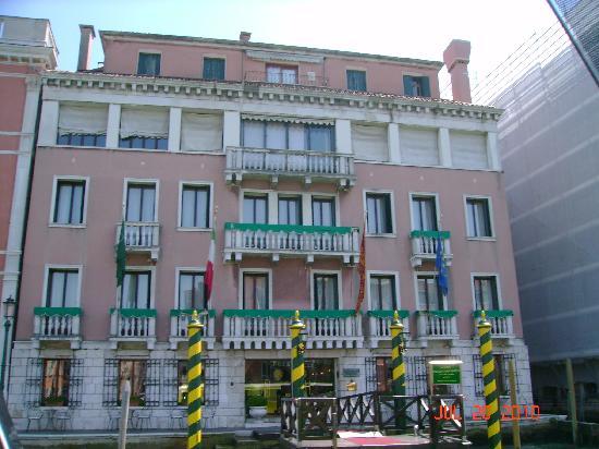 Il pontile dell 39 hotel la sera picture of sina palazzo for Sina hotel venezia