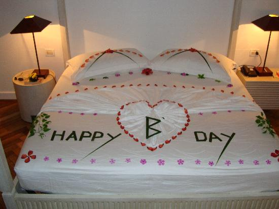 Diamonds Athuruga : bed decoration for OH's birthday