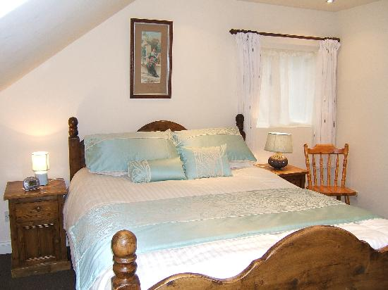 Hen Cloud Cottage : One of the bedrooms