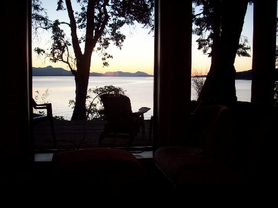 Skipping Stone Beach B&B: living room view of deck and water
