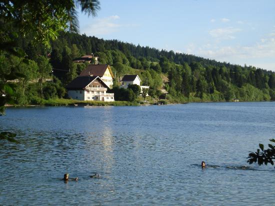 Saint-Claude, França: l'hôtel situé au bord du lac